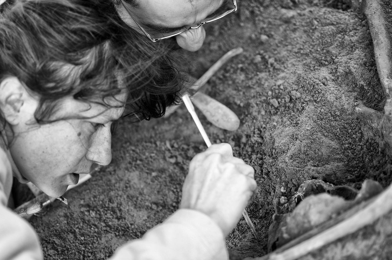 Luis and Ana, volunteers for the Sociedad de Ciencias Aranzadi, meticulously work to recover remains from the La Mazorra mass grave.