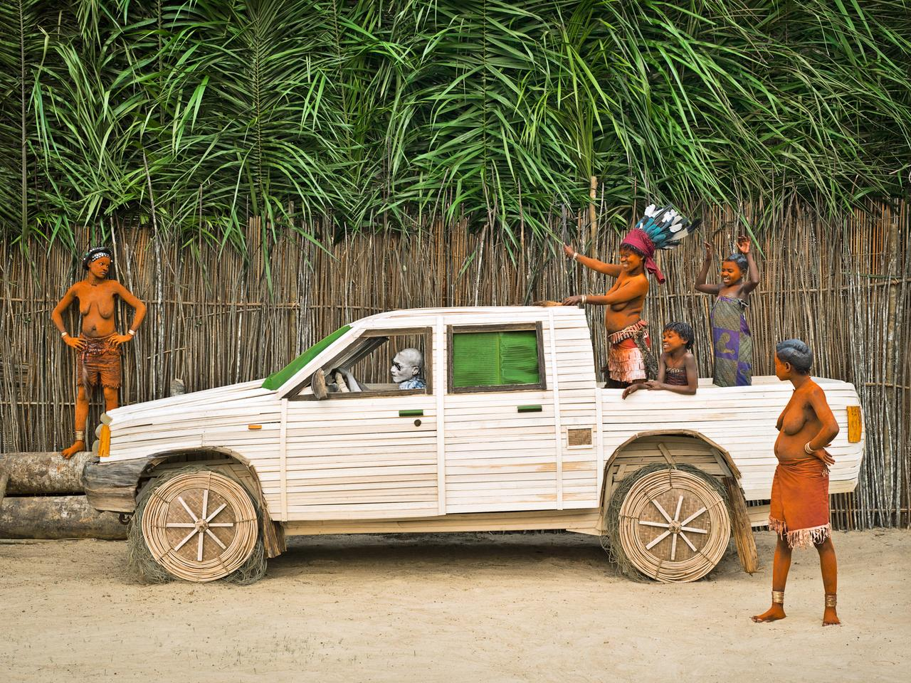 Twenty-year-old Walé Mpia was grateful to have been assisted by Patrick Willocq, who offered her copper bracelets to help pay for ending her seclusion. On the day of the laying of her bracelets, she returned to her village by car, with Patrick driving; she wanted a picture recreating this event.