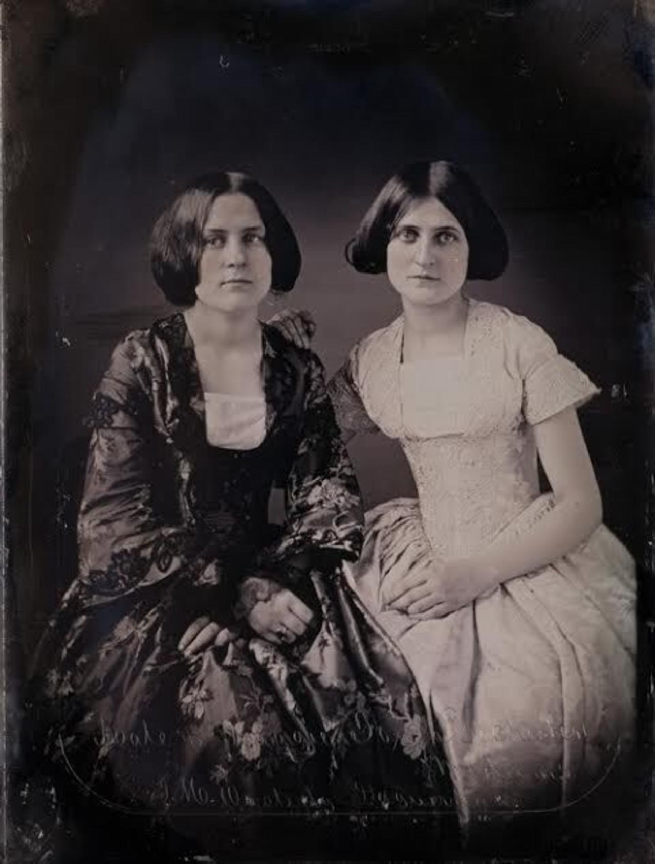 Maggie (l.) and Kate (r.) Fox. Daguerreotype by Thomas H. Easterly.